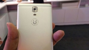 Gionee-mobile-in-hand